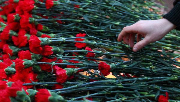 Картинки по запросу Киевляне понесли цветы к посольству России
