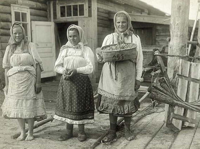 Старые женщины жгут с молодыми