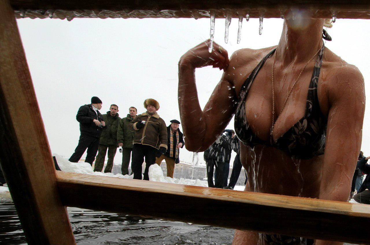 Украинские нудистки купаются в проруби  Голые крещенские