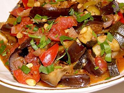 Говядина тушеная с баклажанами и помидорами