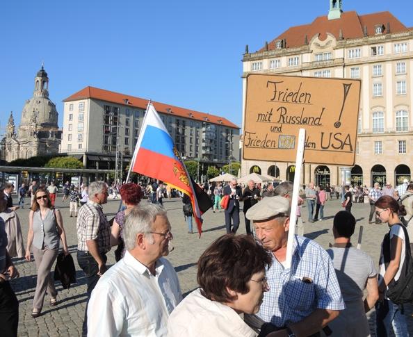 Русский флаг и плакат с надписью