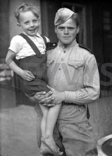 Фото немецкий солдат с ребёнком
