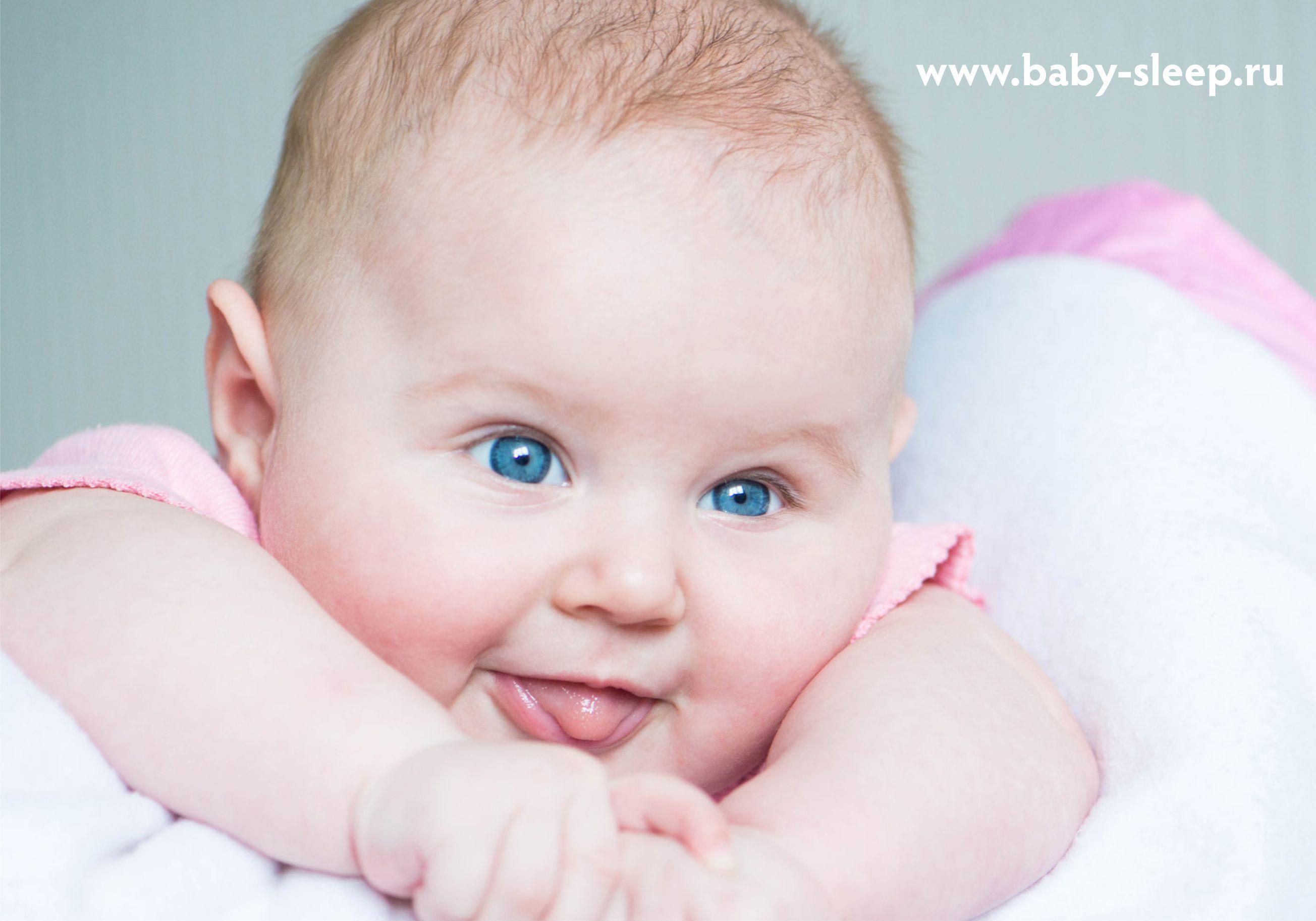Почему ребенок высовывает язык в 4 месяца когда улыбается