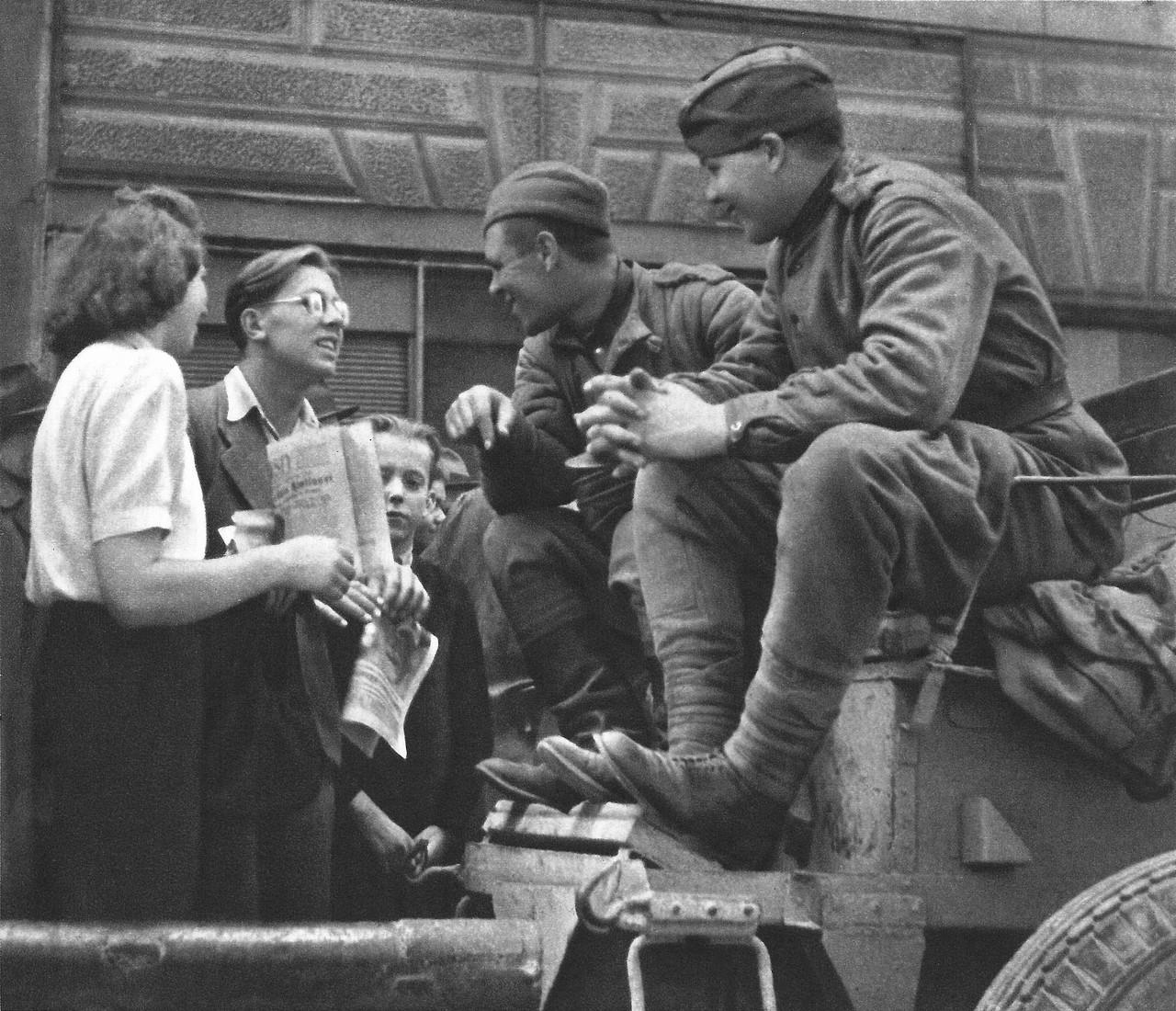 Солдаты пускают по кругу фото 162-154