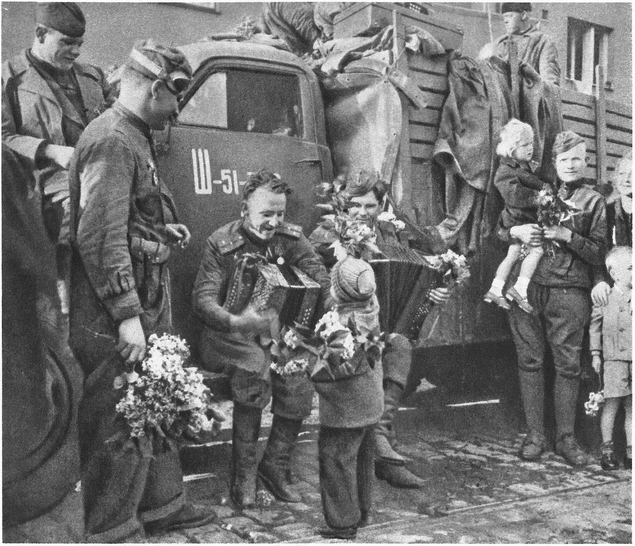 Солдаты пускают по кругу фото 162-657
