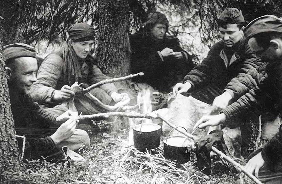 Партизаны готовят еду