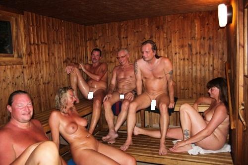 русские дуры в сауне с мужиками смущалась