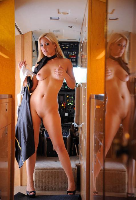 styuardessa-golaya-foto