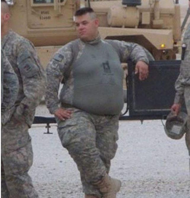 фото прикол толстого мужика в военной форме приготовить котлеты рыбы