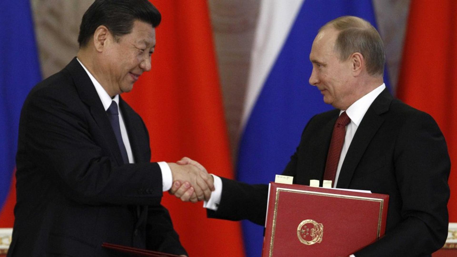 Китай и Россия заменяют «устаревшую» SWIFT и удаляются от доллара