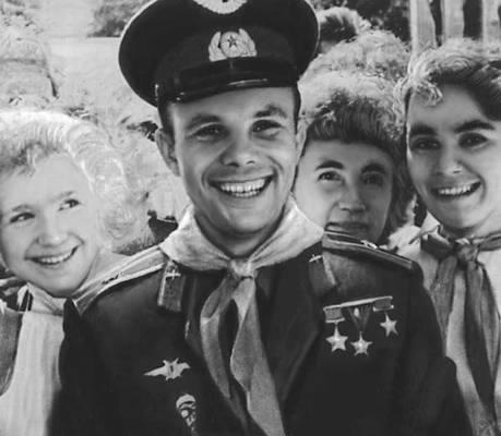 «дорогие потомки, вы такие счастливые, ведь живёте при коммунизме, на Луну летаете»