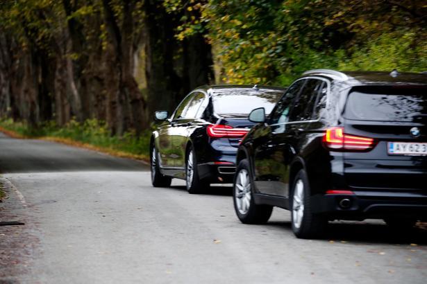 Датский министр по беженцам проехался на авто по этим самым беженцам