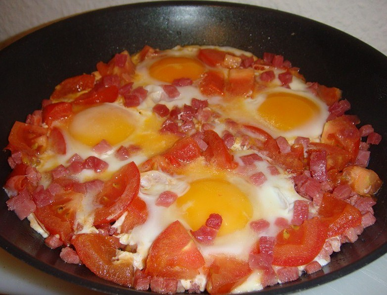 яичница с помидорами и беконом рецепт с фото