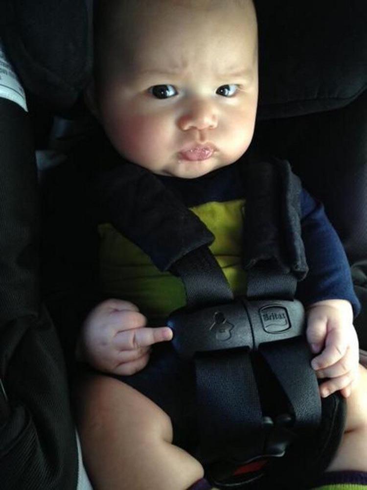 Фото ребёнок показывает факью