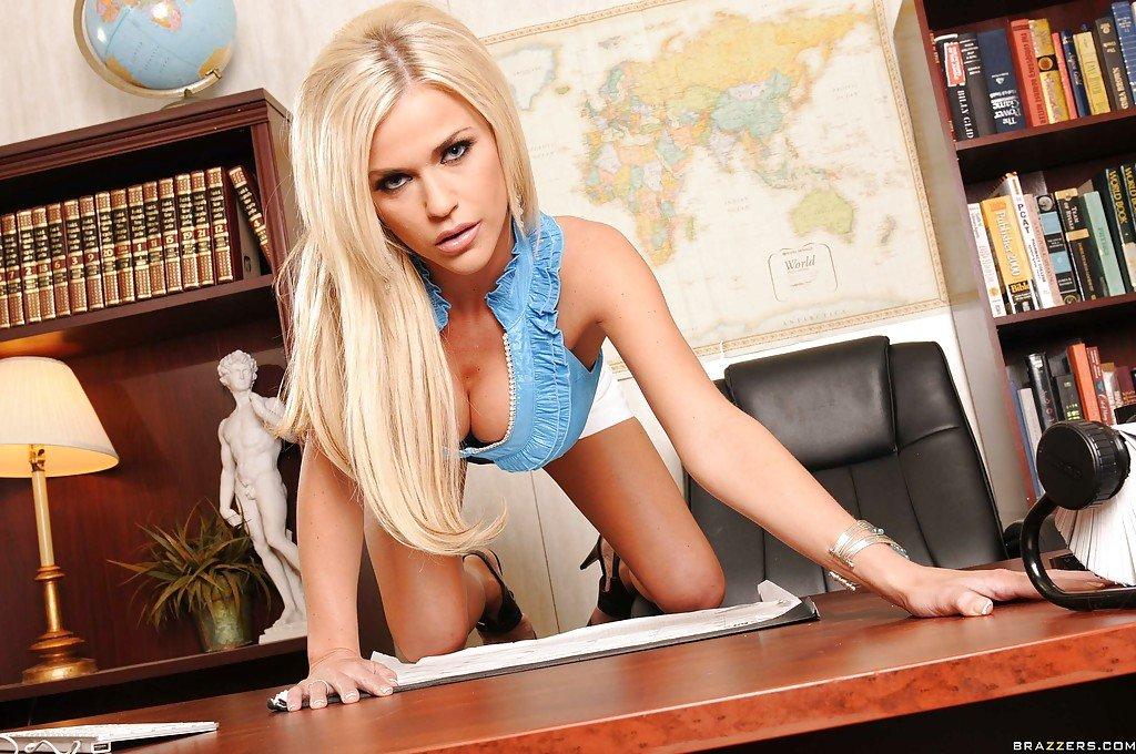Сексуальная секретарша блондинка