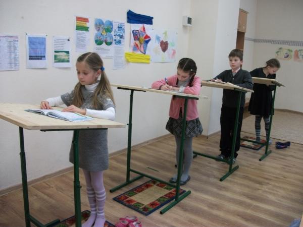 Дети работают стоя за конторками
