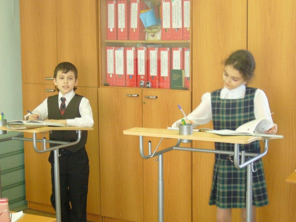 В школе дети пишут стоя за конторками