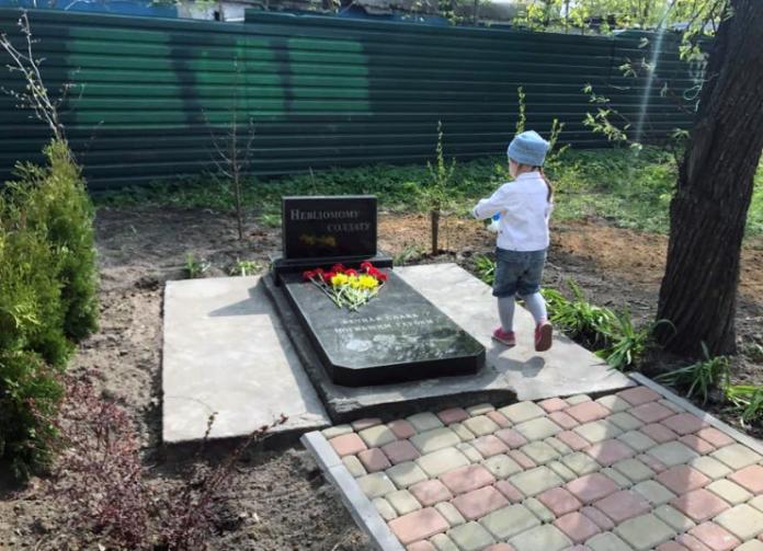 Жители Киева восстановили разрушенный участниками «майдана» памятник героям Великой Отечественной