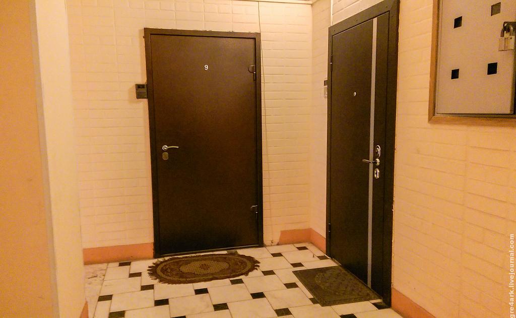 По коридору гостиницы идти и безуспешно свой номер разыскивать – испытывать страх перед жизнью, неуверенность перед первой близостью в любви.