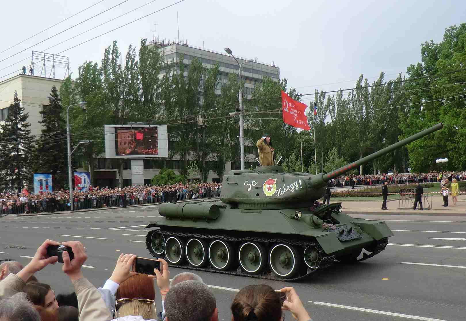 С праздником, друзья! Парад Победы в Донецке