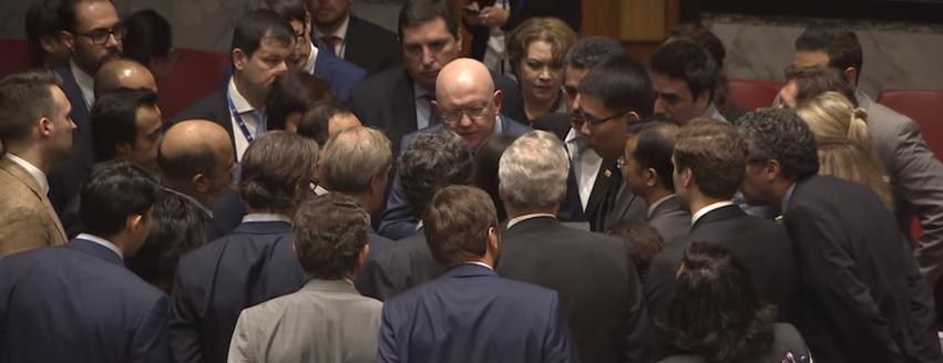Представитель США в ООН Никки Хейли встала на колени перед представителем одной из стран