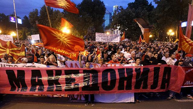 В Македонии во время акции протеста лидер оппозиции поднял флаг России