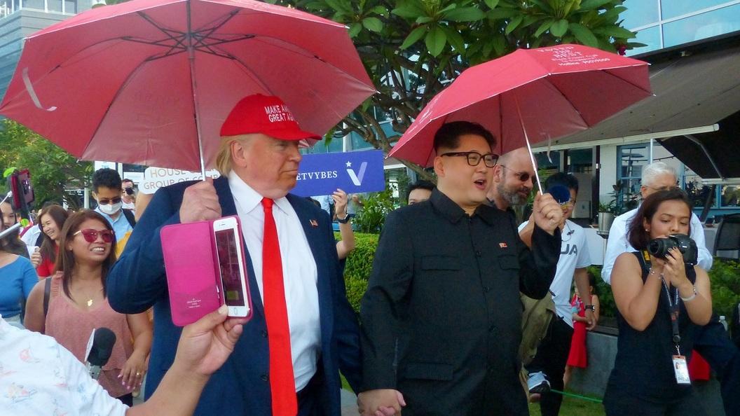 Пятизвёздочные отели, орхидеи и бегущие охранники: Ким Чен Ын и Трамп прибыли в Сингапур для участия в переговорах