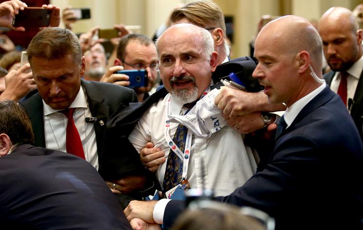 Что случилось на пресс-конференции и почему журналиста вывели силой. Видео