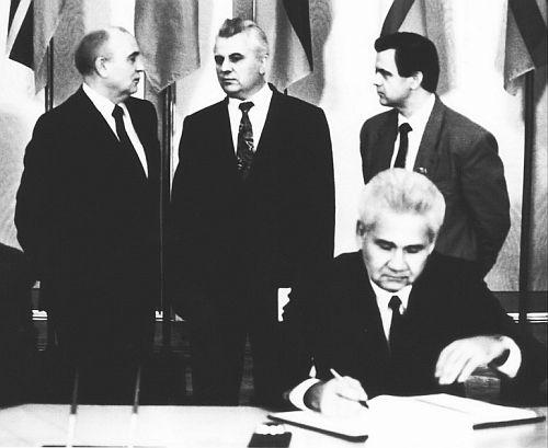 Витольд Фокин подписывает от лица Украины (или все-таки УССР?) Союзный договор. Фото с сайта gordon.com.ua