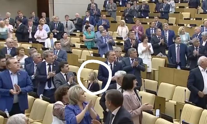 Kaip manote, kas vyksta Rusijos Dūmoje? Taip stovėdami ir plodami katučių Rusijos valdžiagyviai sveikina ant Rusijo...
