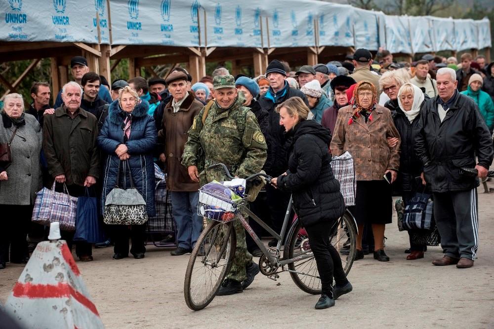 На КПВВ Станица Луганская чуть не убили перевозчика!