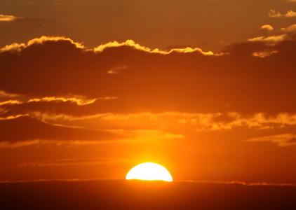 Восходящее над горизонтом Солнце.