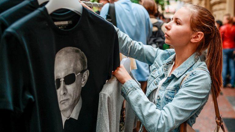 Прибалтику трясет от маек с Путиным и «русских солдатиков»