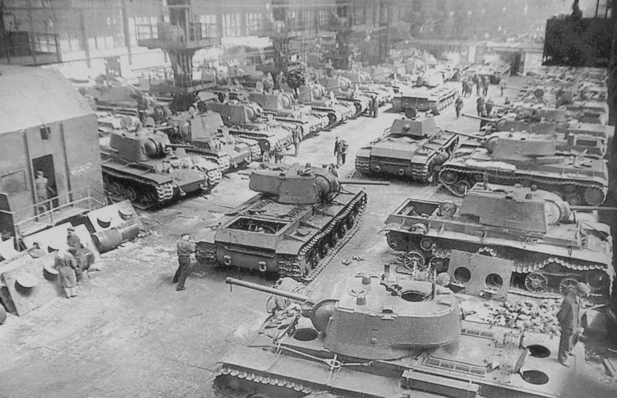 Сборочный цех танков КВ-1 Челябинского Кировского завода. Хорошо видно, что все корпуса уже «упрощенного» типа с прямым кормовым листом, а башни как сварные, так и литые. Весна 1942 года.