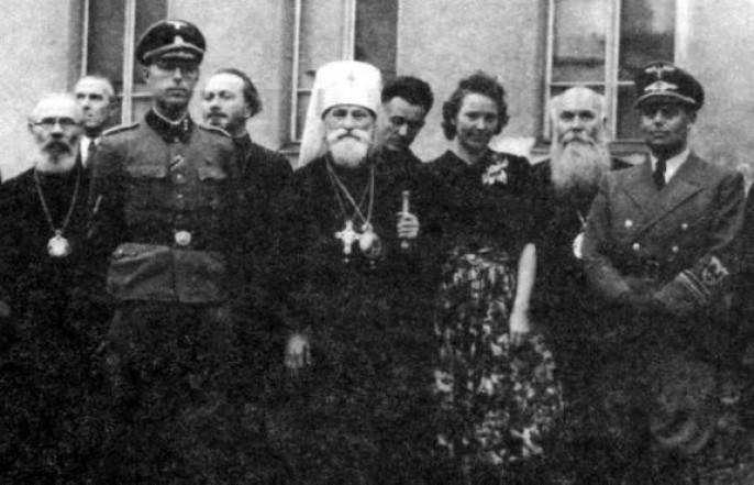 В центре на фото Поликарп Сикорский с фашистами