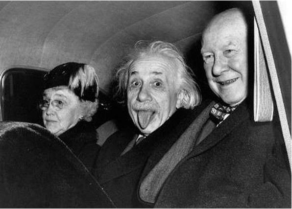 В центре с высунутым языком запечатлён Альберт Эйнштейн.