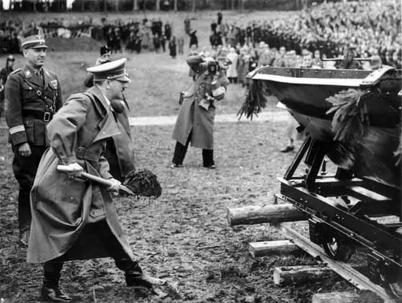 Адольф Гитлер принимает участие в строительстве автобана.
