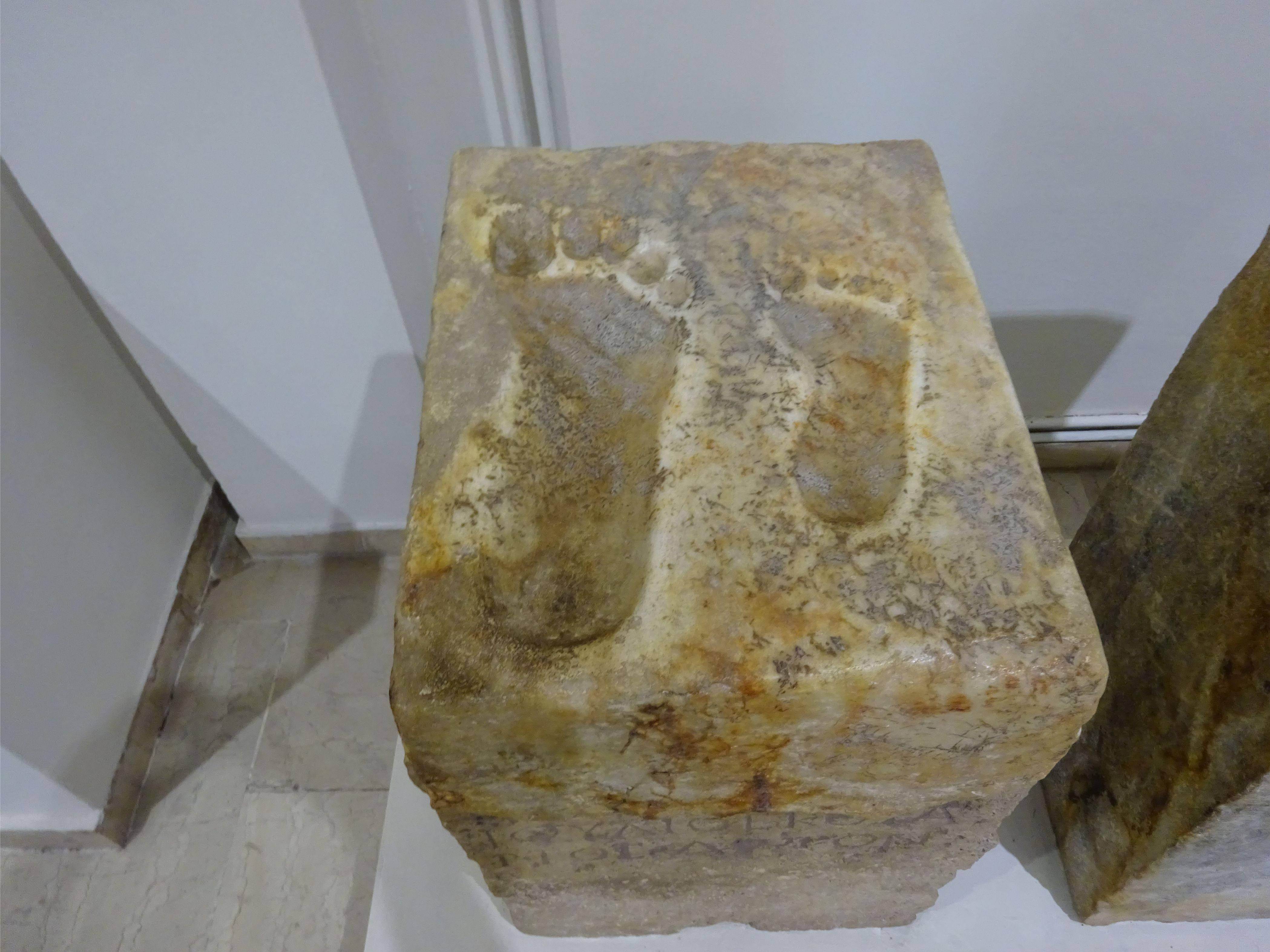Рисунок 7. Оттиски ступней в древнегреческом мраморе.