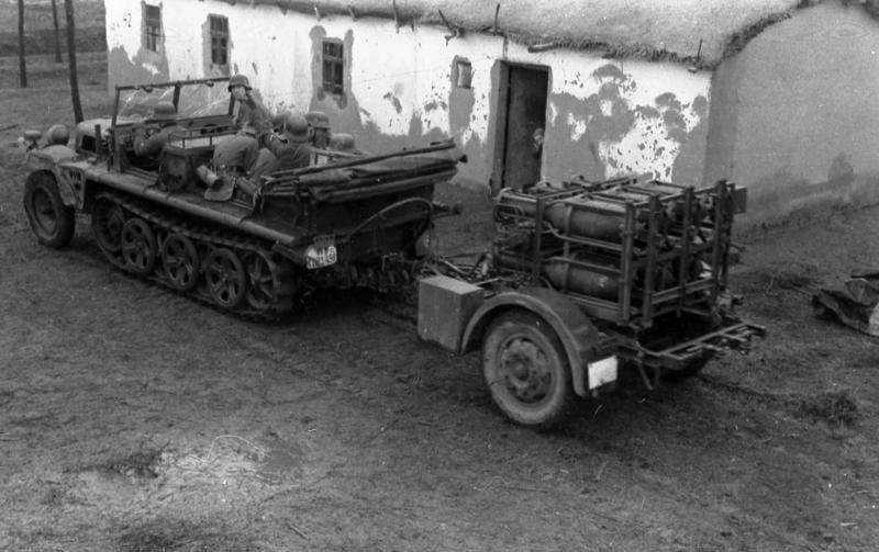 Лёгкий полугусеничный транспортёр Sd Kfz 11 с пусковой установкой 28/32 cm Nebelwerfer 41 на прицепе