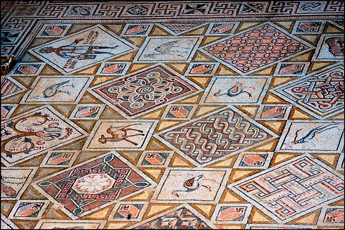 Напольная мозаика в ранне-христианском храме Святого Космаса и Святого Дамиана.