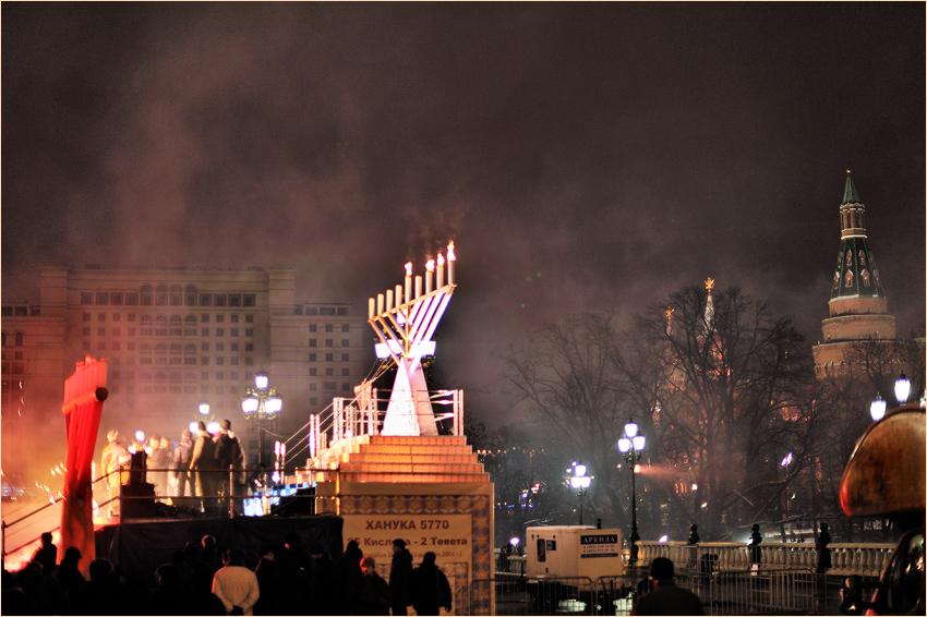 Ежегодно жиды-иудеи отмечают в Москве у стен нашего Русского Кремля свой военный День Победы над греками — Хануку.