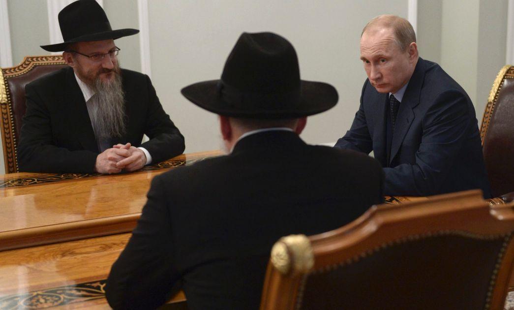 Президент России Владимир Путин беседует с иудеями-хасидами Берл Лазаром и Александром Борода.