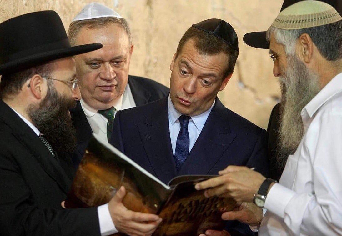 Премьер-министр России Д.А.Медведев (Мендель) в Израиле у стены Плача.