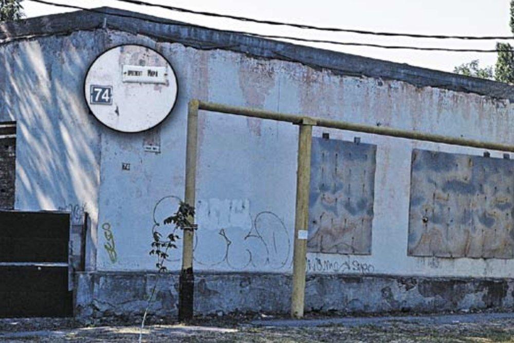 """Дом № 74 порушили семь лет назад, там никто не живет и, конечно, нет зарегистрированных. Фото: Наталья Ковалева, газета """"Донецкий рабочий"""""""