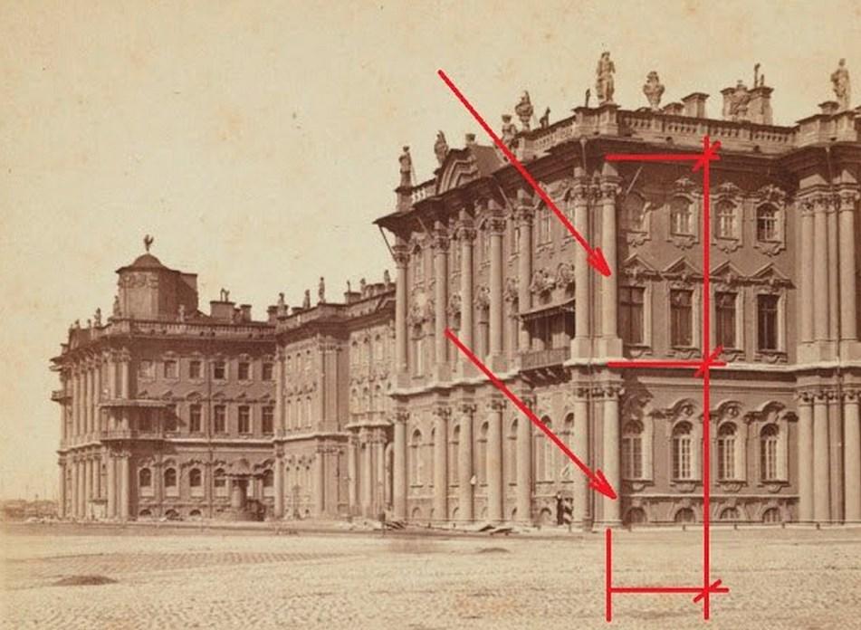 Это здание Эрмитажа, первый этаж которого засыпан грунтом.