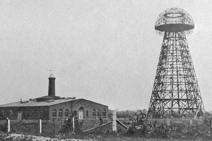 Это фотография реальной передающей башни Николы Тесла.