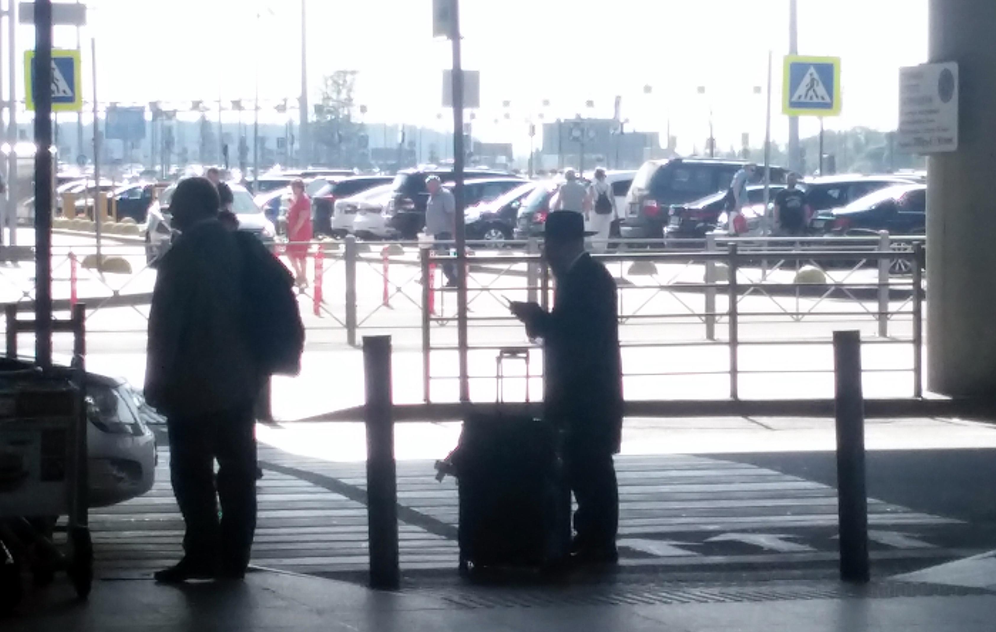 В центре с чемоданом Александр Борода.
