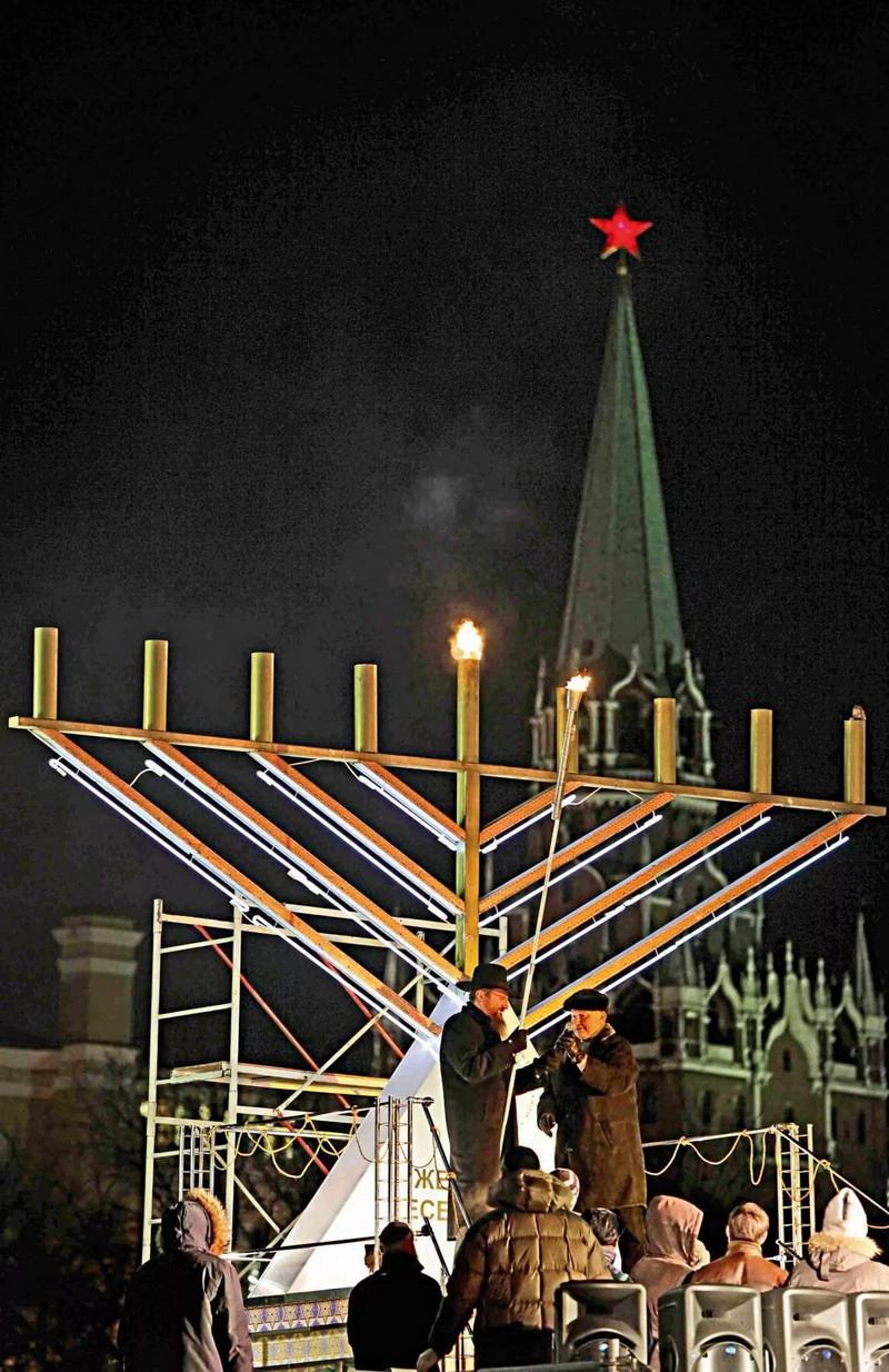 Ежегодное празднование Иудеями своего Дня Победы (Хануки) у стен Московского Кремля.