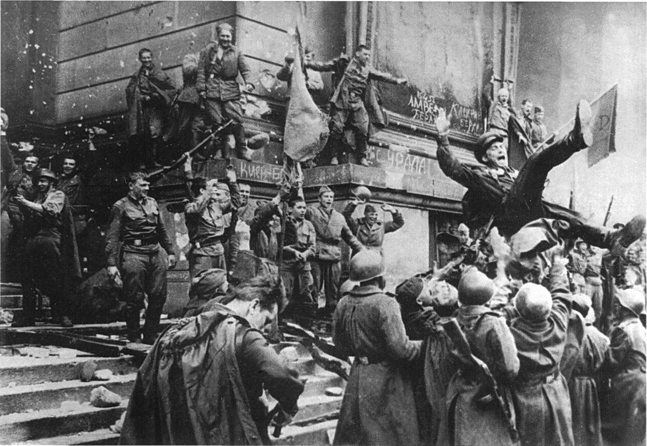Бойцы 150-й стрелковой Идрицко-Берлинской, ордена Кутузова 2-й степени дивизии у Рейхстага. Май 1945 года.
