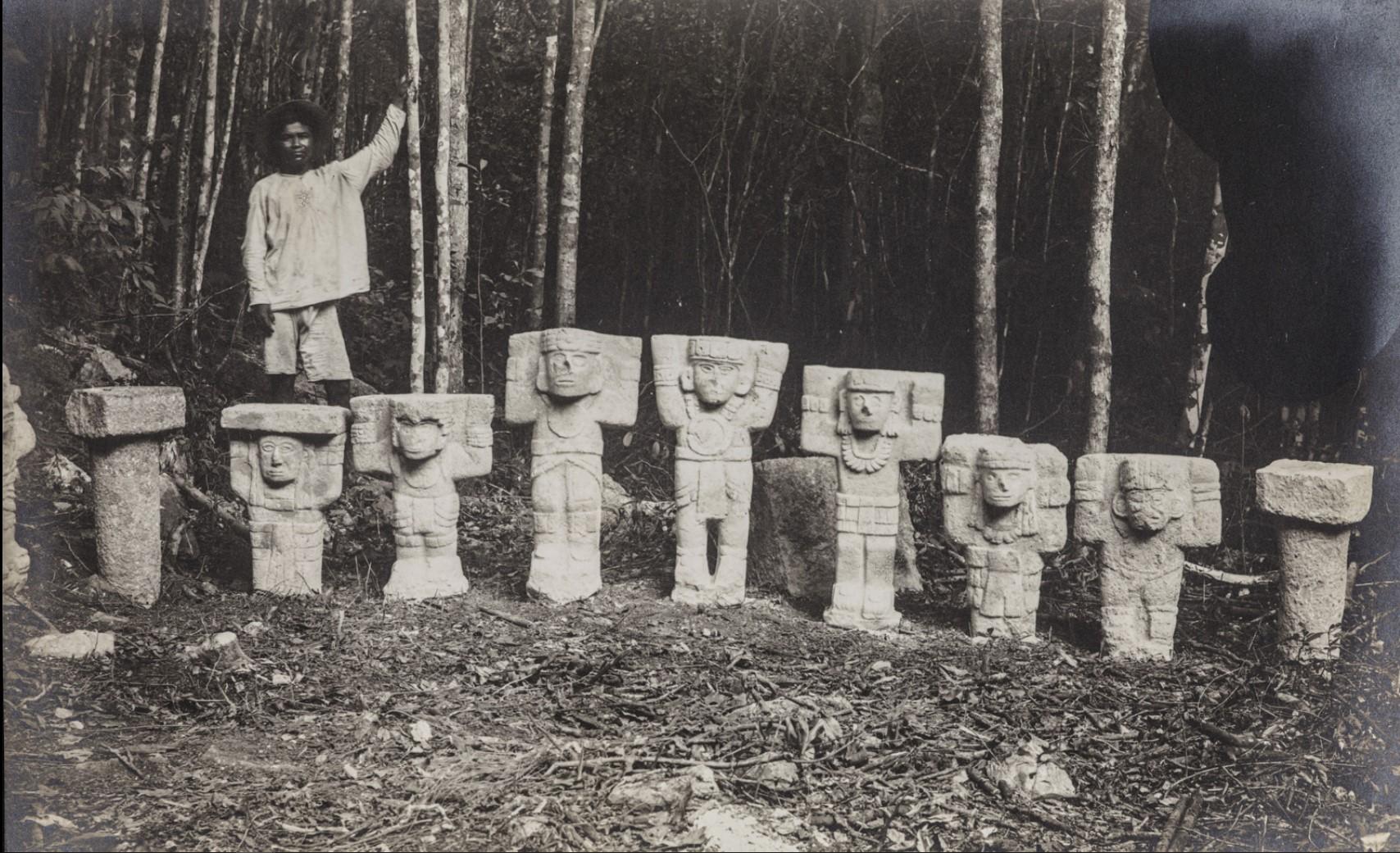 Чичен-Ица. Человек стоит за статуями атлантов (?)